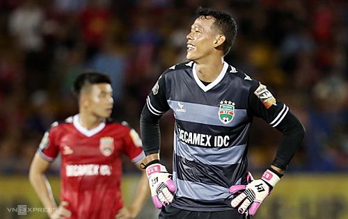 Tấn Trường bức xúc giải bày tâm trạng sau trận hoà 2-2 trước Hà Nội FC. Ảnh: Đức Đồng.