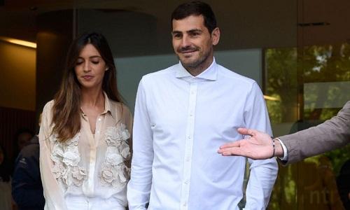 Casillas cùng vợSara Carbonero rời bệnh viện vào chiều ngày 6/5. Ảnh: Reuters.