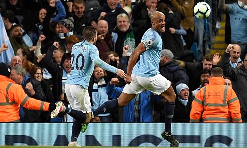 Kompany (phải) ghi bàn quan trọng giúp Man City có quyền tự quyết vô địch trước vòng cuối. Ảnh: AFP.