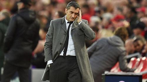 Valverde đứng ngoài đường biên sân Anfield gần như cả trận. Ảnh: Reuters.