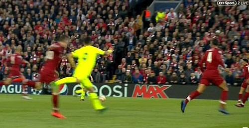 rồi lặp lại hành động đó và khiến hậu vệ Liverpool chấn thương. Ảnh:BT Sport.