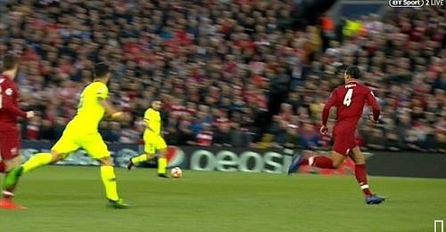 Suarez đá chân vào Robertson...
