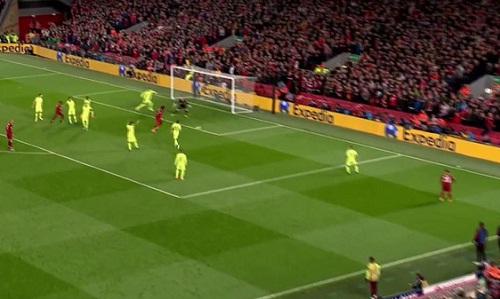 Origi thoải mái nhận bóng và ghi bàn ở bàn thắng thứ tư của Liverpool. Ảnh chụp màn hình.