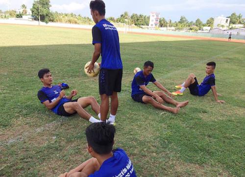 Cầu thủ Bến Tre tập luyện chiều ngày 6/5.