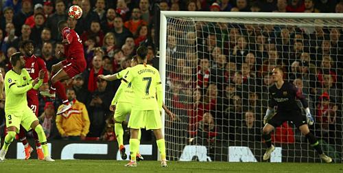 Cú đánh đầu lái bóng chính xác của Wijnaldum giúp Liverpool gờ hòa 3-3 trước Barca. Ảnh: AP.