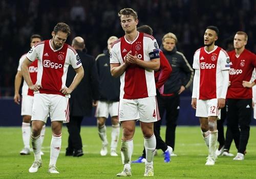 Cầu thủ Ajax buồn bã sau khi bị Tottenham ngược dòng. Ảnh: Reuters.