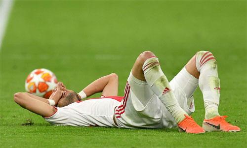 Các cầu thủ Ajax bàng hoàng và thẫn thờ sau bàn thua đúng phút cuối, phút 96. Ảnh: Reuters