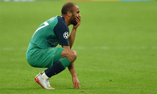 Moura nghẹn ngào sau khi trở thành người hùng giải cứu Tottenham. Ảnh: Reuters