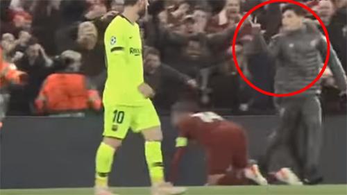 Cannonier chọc tức Messi sau khi giúp Liverpool nâng tỷ số lên 4-0.