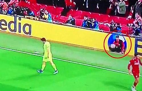 Cannonier (khoanh đỏ) ném ngay quả bóng đang cầm vào vị trí đá phạt góc, để cầu thủ đội nhà đá phạt nhanh.