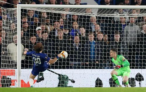 David Luiz cứu thua trên vạch vôi khi trận đấu bước sang hiệp phụ. Ảnh:AFP.