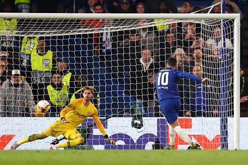 Cú đá luân lưu quyết định của Hazard. Ảnh:AFP.