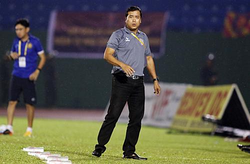 HLV Nguyễn Thanh Sơn chỉ đạo trận đấu trước khi rời sân sớm vì sợ đội nhà thua ngược. Ảnh: Anh Khoa.