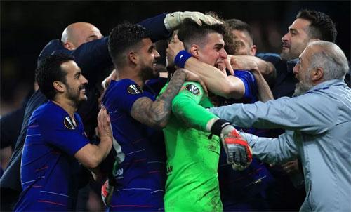 Niềm vui chiến thắng trên chấm 11m của Chelsea. Ảnh: Reuters