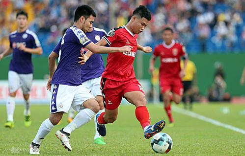 Bình Dương (áo đỏ) đang phải căng sức thi đấu ở hai mặt trận V-League và AFC Cup nên cầu thủ không có phong độ cao. Ảnh: Đức Đồng.