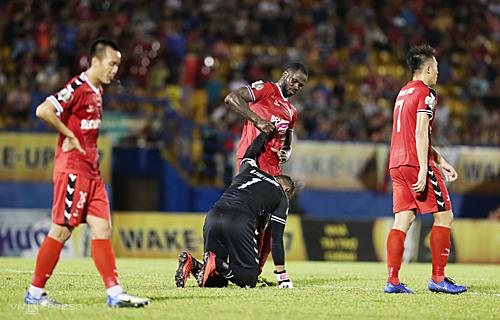 Những sai lầm liên tiếp khiến Bình Dương đánh rơi những điểm số quan trọng. Họ đang muốn gượng dậy khi có cơ hội tiếp Sài Gòn FC ở trận đấu sớm vòng 9 chiều nay. Ảnh: Đức Đồng.