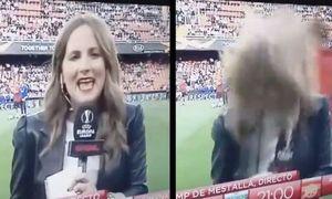 Cầu thủ Arsenal sút bóng trúng nữ phóng viên
