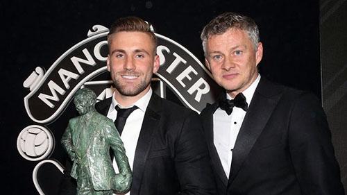 Shaw (trái) nhận giải thưởng từ HLV Solskjaer. Ảnh: MUFC.