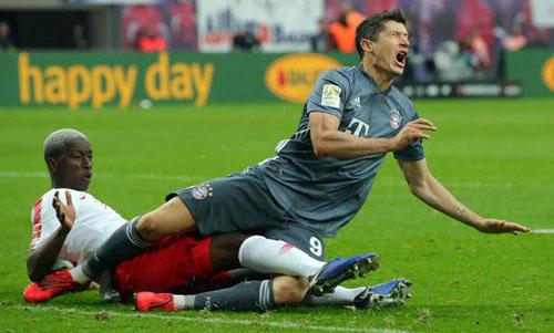 Lewandowski (phải) bị trung vệ Mukiele của Leipzig truy cản sát mép 16m50. Ảnh: Reuters.