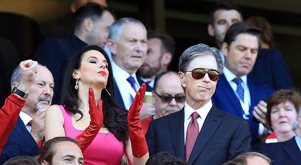Ông chủ của Liverpool -John Henry (đeo kính) - và phu nhân trên sân Anfield. Ảnh: PA.