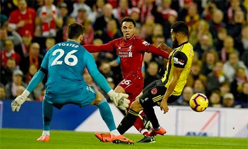 Alexander-Arnold vượt qua đồng đội Robertson để trở thành hậu vệ kiến tạo nhiều nhất tại Ngoại hạng Anh. Ảnh: Reuters.