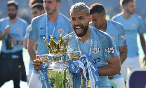 Aguero và chức vô địch Ngoại hạng Anh thứ tư trong sự nghiệp. Ảnh: Reuters