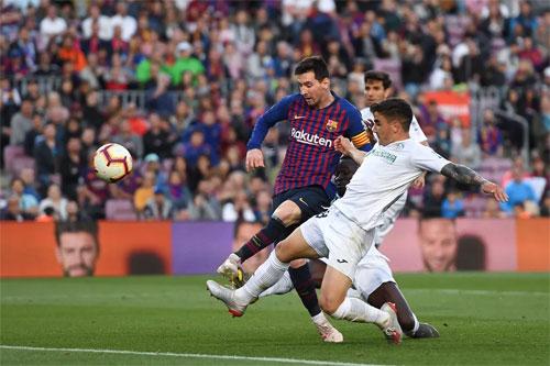 Getafe (áo trắng) đang mất dần hy vọng giành vé dự Champions Legaue do trận thắng vô thưởng vô phạt của Barca.