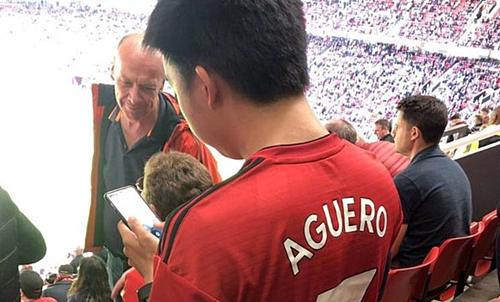 Aguero phiên bản Man Utd trên khán đài Old Trafford.