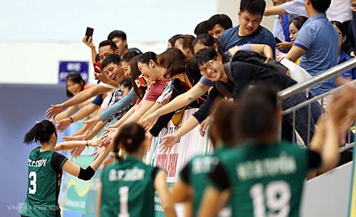 Các cô gái Long An chia sẻ niềm vui với người hâm mộ sau trận đấu. Ảnh: Đức Đồng.