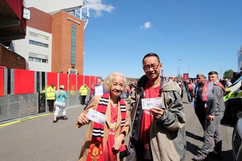 Bà tâm sự từ thời trẻ đã mong muốn được một lần đặt chân đếnOld Trafford - sân nhà của MU, theo dõi các cầu thủ thi đấu. Ở tuổi 77, bà đã hoàn thành ước mơ nhờ được một doanh nghiệp tài trợ.