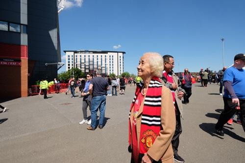 Sau chuyến bay dài từ Việt Nam, cụ Kim Lành háo hức di chuyển đến sân vận động từ sớm để chiêm ngưỡngđộ khủng của Old Traffordvà trực tiếp cổ vũ Man Utdtrong trậncuối giải Ngoại hạng Anh.
