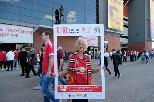 Fan 77 tuổi chụp ảnh trước sân vận động có sức chứa hơn 76.000 người.
