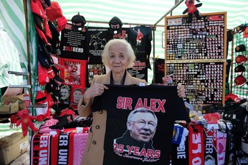 Cụ Kim Lành khoe chiếc áo in hình Alex Ferguson - thuyền trưởng của MU trong suốt hơn hai thập niên - từ 1986 đến 2013.
