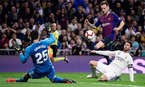 Barca thắng ba, hòa một trong bốn trận gặp Real mùa này ở La Liga và Cup Nhà vua. Ảnh: Reuters
