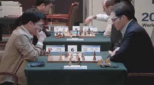 Quang Liêm (trái) ở ván cờ nhanh thứ ba gặp Leko.