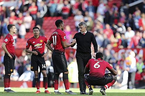 Solskjaer bắt tay học trò sau trận thua Cardiff. Ảnh:Reuters.