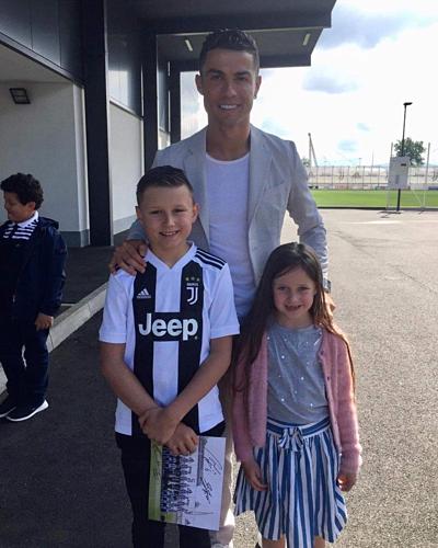 Ronaldo chụp ảnh với Joseph và em gái.