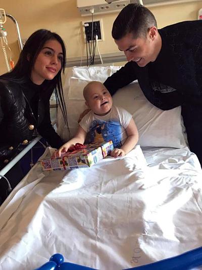Ronaldo và bạn gái tới thăm bệnh nhi ở Turin.