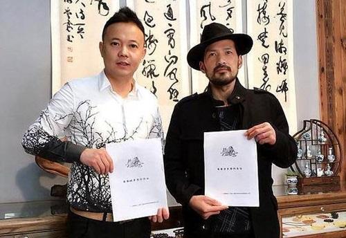 Lã Cương (phải), khoảng 50 tuổi, chấp nhận hưởng ít tiền thưởng để dùng tay không chiến đấu.
