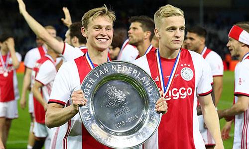 De Jong (trái) mừng danh hiệu cuối cùng giành được cùng Ajax, trước khi chuyển sang Barca hè 2019. Ảnh: Reuters.