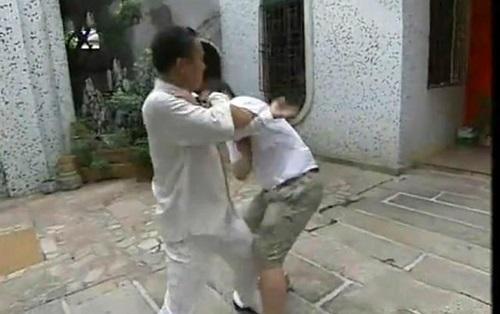 Trần Quốc Cơ kết hợp kỹ thuật cổn thủ và kiều thủ để khóa chặt tay trái của đối phương.