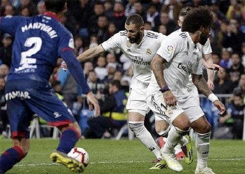 Benzema chuẩn bị tung cú dứt điểm quyết định. Ảnh: Reuters