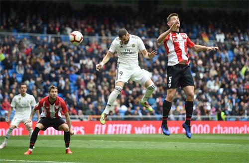 Hung thần trên không Benzema chọn đúng điểm rơi để ghi bàn. Ảnh: Reuters