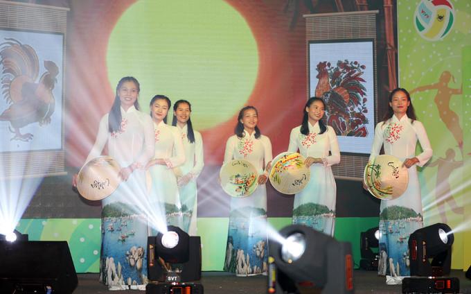 VĐV Mỹ giành giải Miss Áo dài giải bóng chuyền nữ của Việt Nam