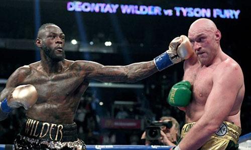 Wilder (trái) trong trận so găng với Fury hồi cuối năm 2018. Ảnh: Reuters.