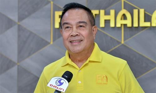 ÔngSomyot Poompanmoung là tướng của Cảnh sát Hoàng giatrước khi nắm ghế Chủ tịch Liên đoàn bóng đá Thái Lan.