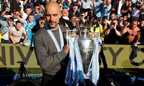 Guardiola bên chức vô địch Ngoại hạng Anh vừa giành được. Ảnh: PA.