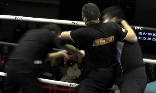 Trọng tài vất vả tách hai võ sĩ khỏi nhau, sau khi thấy Lã Cương (trái) mất hết sức chiến đấu. Ảnh: Sohu.