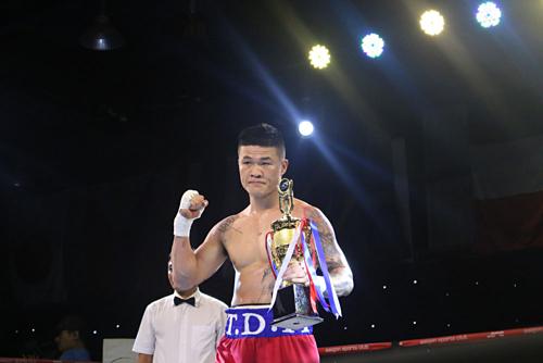 Đình Hoàng nhận cup tượng trưng cho trận thắng ở giải WBA châu Á. Ảnh:Nam Trung.
