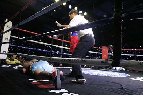 Trọng tài kết thúc trận đấu sau khi võ sĩ Thái Lan bị hạ bất tỉnh. Ảnh:Nam Trung.